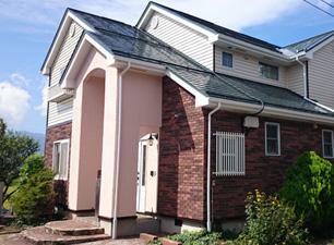 塗料の仕様にもよりますが、外壁は最大15年、屋根は10年の長期保証いたします。 <1>耐久性・耐候性に優れた、シリコン塗装をおすすめしております。最低限4回は、職人が納得いくまで何回でも厚塗りいたします。 <2>また、アフター保証があるので、保証期間内、毎年点検にお伺いいたします。施工箇所の総点検を行い、不具合があった場合は直ちに修繕いたします。 <3>せっかく綺麗になっても雨水などで汚れてしまっては台無しです。 いつまでも美しい塗装を維持するため、ご要望がございましたら高圧洗浄をさせていただいております。
